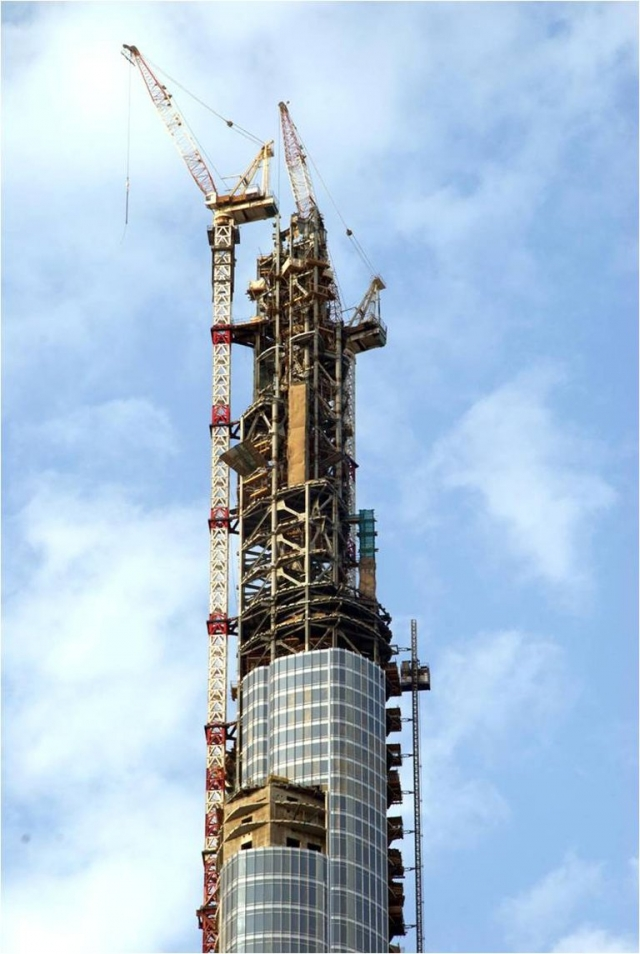 Для возведения такого гигантского небоскреба потребовалось немало материалов. На создание Бурдж-Халифа ушли тонны алюминия весом сопоставимым с 5 самолетами А380.