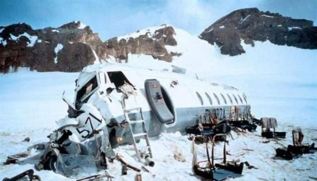 В конце концов в живых остались 16 человек, остававшихся на высоте 3600 метров. У них практически не было еды и вовсе отсутствовал источник тепла. На восьмой день все поисковые операции были прекращены. Пассажиры услышали об этом по найденному радиоприемнику на 11-й день после крушения, и тогда они приняли осознанное решение есть мясо с тел своих погибших товарищей.