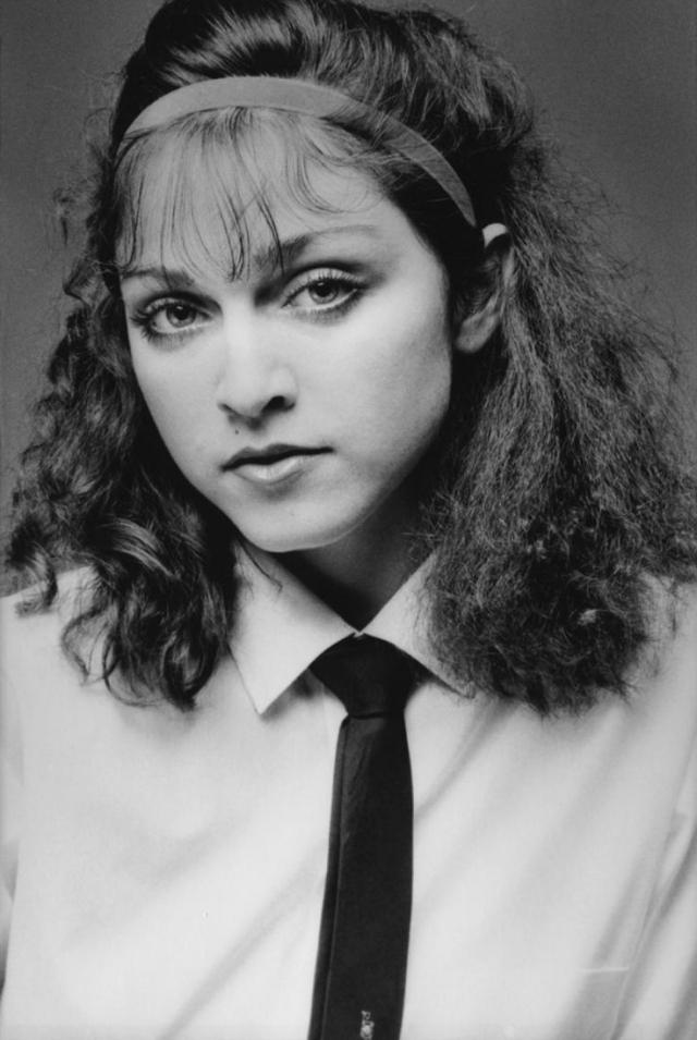 В итоге после школы будущая звезда убежала из дома и жила в Нью-Йорке в нищете подрабатывая в танцевальных группах.