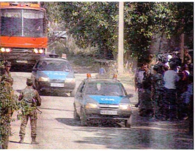 Выскочившие из него вооруженные боевики расстреляли двух работников ГАИ, находившихся в замыкающем автомобиле, после чего двинулись в направлении Буденновского РОВД.