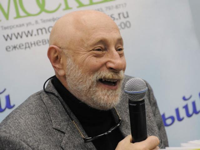 Будущий писатель в 1966 году прошел службу на Северном флоте, а в 1970 поступил на отделение драматургии Литературного института им. М. Горького в Москве, который окончил в 1982 году.