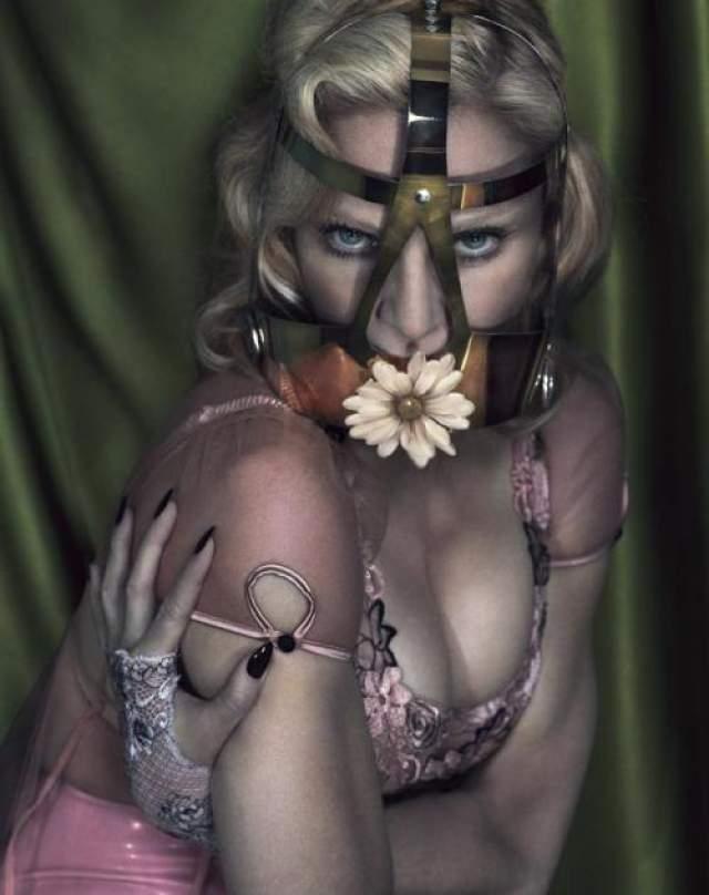 Один из пользователей соцсетей раскритиковали откровенную фотосессию Мадонны для декабрьского номера журнала Interview 2014 года. На этот раз мастера фотошопа явно перестарались.