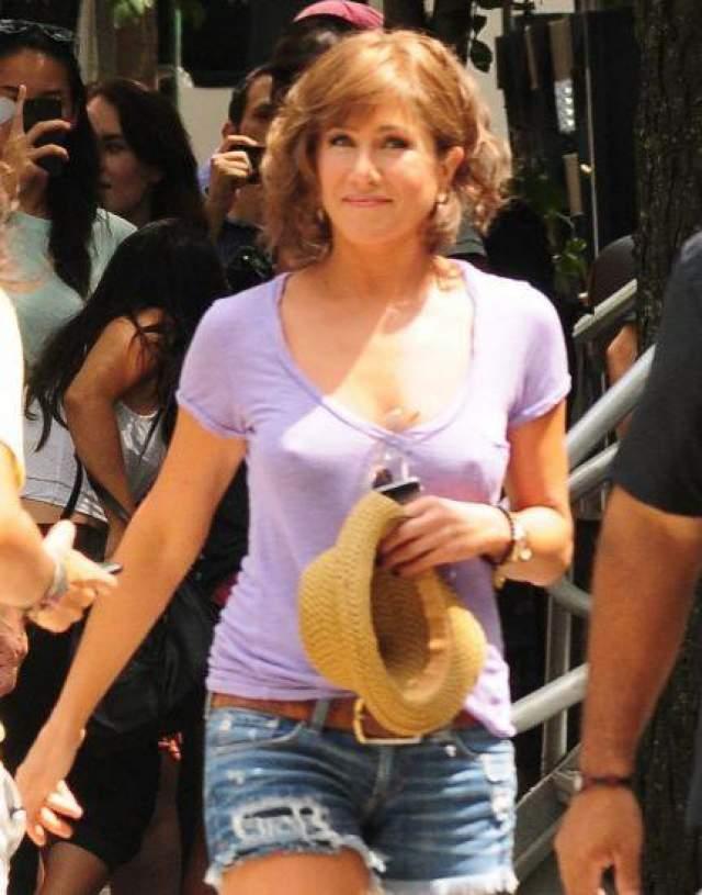 Дженнифер Энистон Энистон решила не надевать нижнее белье под футболку.