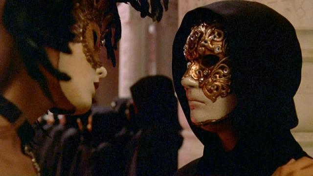 """""""С широко закрытыми глазами"""". В сюжете фильма присутствует сцена, в которой участники довольно странного клуба в венецианских карнавальных масках говорят на непонятном наречии, исполняют ритуалы, которые перерастают в оргии…"""