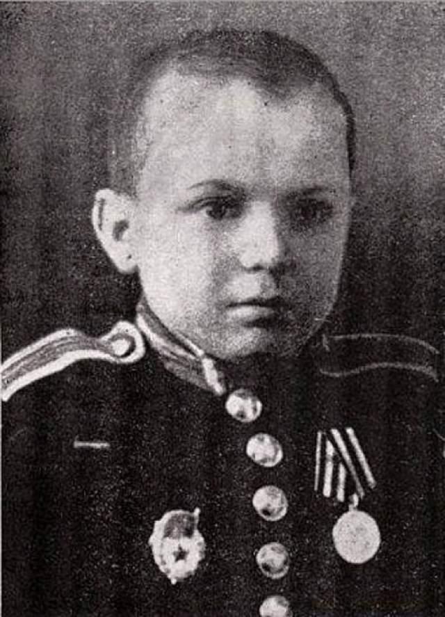 """А 19 ноября 1945 года ему была вручена медаль воспитанников Тульского суворовского военного училища """"За победу над Германией в Великой Отечественной войне 1941–1945 гг""""."""