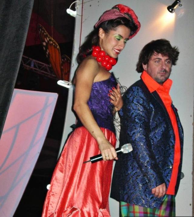 "С 2004 года Тина Канделаки вместе с Александром Цекало стала вести программу «Хорошие песни» сразу на трех каналах ""Домашний"", СТС и 1+1 (Украина)."
