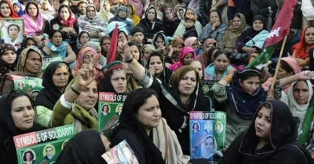 После смерти Беназир в Исламабаде и Равалпинди сразу-же начались погромы и столкновения оппозиции с полицией. Погибло по меньшей мере 10 человек, был убит полицейский. 28 декабря в городе Хайдарабад полиция открыла огонь по протестующим.