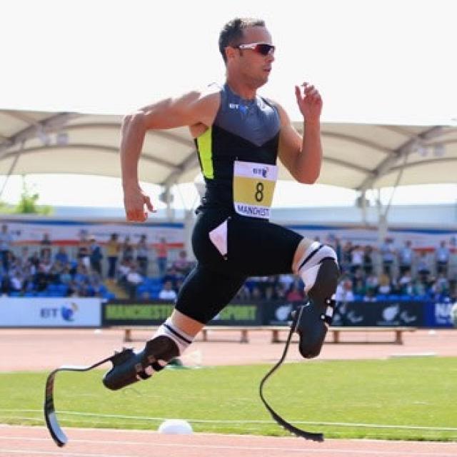 Несмотря на это, он стал легкоатлетом-бегуном, причем после многочисленных побед на соревнованиях для инвалидов он добился права соревноваться с полностью здоровыми спортсменами и достиг больших успехов.