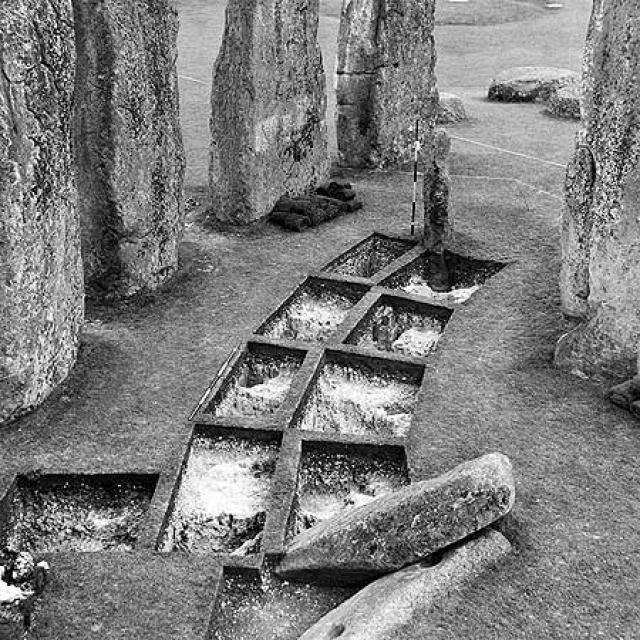 В том числе были представлены фото пустого поля с разметкой для будущего размещения камней и снимки бетонной замазки камней или трафаретов для изготовления пиктограмм.
