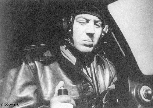 Но он продолжал спиваться, совершал правонарушения, за что его отправили в ссылку в Казань, где он и умер в 1962 году.