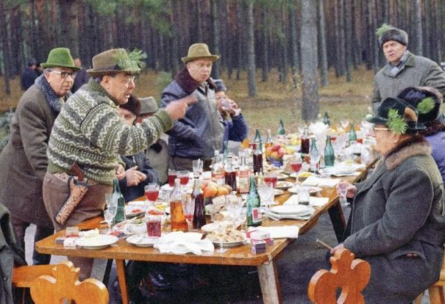 """Леонид Брежнев. Сравнительно молодой и мужественный генсек и отдыхать любил как положено """"мачо"""": с женщинами, автомобилями и охотой. Охотничье хозяйство генсека в Залесье принимало его в компании множества гостей."""