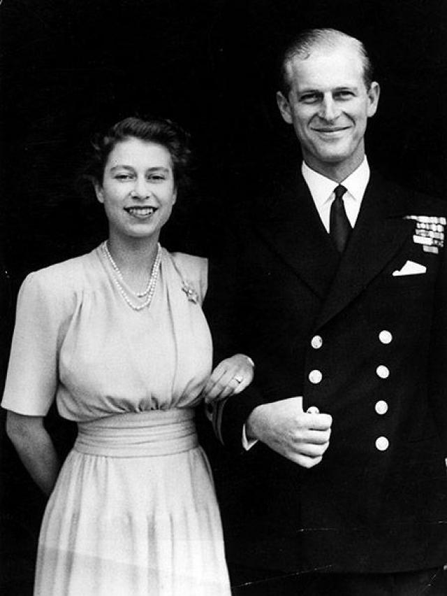 """Своего супруга - принца Филиппа - королева встретила в возрасте 8 лет Сын греческого принца был вынужден бежать из родной страны в Англию в возрасте 1 года в коробке из-под апельсинов. Естественно, союз дочери с """"обедневшим принцем"""" король Великобритании Георг VI не приветствовал. По слухам, Елизавета сама добилась расположения Филиппа, в которого была влюблена с ранних лет, а потом сделала ему предложение руки и сердца."""