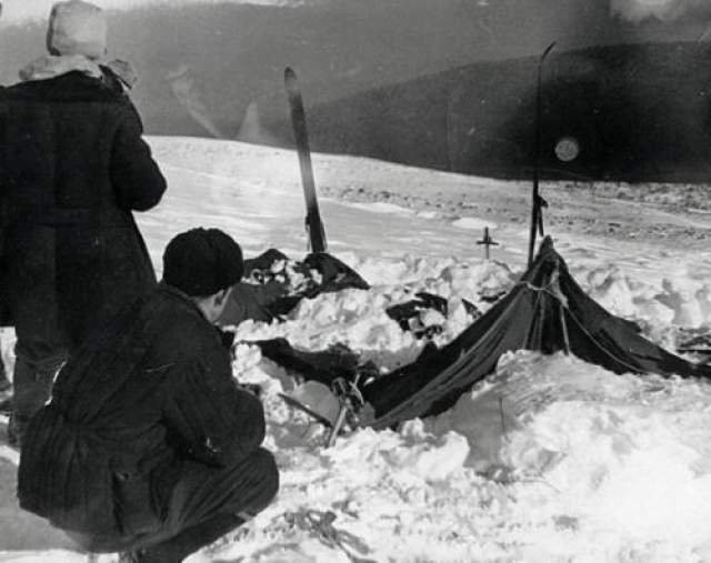 """Неразгаданная тайна перевала Дятлова На """"мертвой горе"""" девять альпинистов погибли при загадочных обстоятельствах. Эта фотография была сделана членами спасательной группы. Палатка была разорвана, вокруг нее не было следов, которые должны были оставить альпинисты. Из девяти, шестеро из них погибли от переохлаждения, а у других были странные повреждения на груди. У одного человека был серьезно поврежден череп и ампутирован язык. Следы борьбы не были обнаружены."""