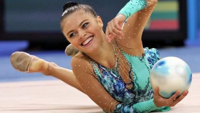 Скоро Кабаева стала единственной за всю историю художественной гимнастики четырехкратной чемпионкой Европы. В 1999 году в Японии, когда спортсменке было 16 лет, она стала двукратной чемпионкой мира и впервые абсолютной чемпионкой. В 2000 году в испанской Сарагосе и в 2002 году в Гранаде Алина получила титул абсолютной чемпионки Европы, а в 2001 году в Мадриде Кабаеву ждал очередной титул абсолютной чемпионки мира.