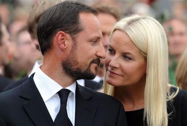 Хокон, кронпринц Норвегии. Отстояв свою любовь к официантке Метте-Марит, несмотря на огромное множество преград, с которой растит двух общих детей и ее сына от первого брака.