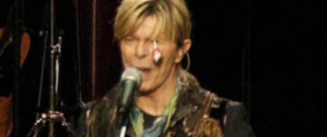 Во время выступления Боуи один из его фанатов умудрился ранить своего кумира. От полноты чувств поклонник запустил в сторону певца конфету чупа-чупс, которая угодила точно в глаз Дэвида. Концерт прервали, но после осмотра врача певец вышел к зрителям и продолжил свое выступление.