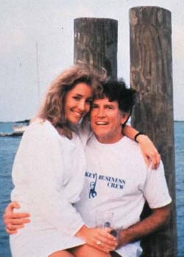 Через месяц после того как Харт объявил о своем намерении баллотироваться в президенты, репортеры газеты Miami Harald выяснили, что у него внебрачный роман с моделью по имени Донна Райс.