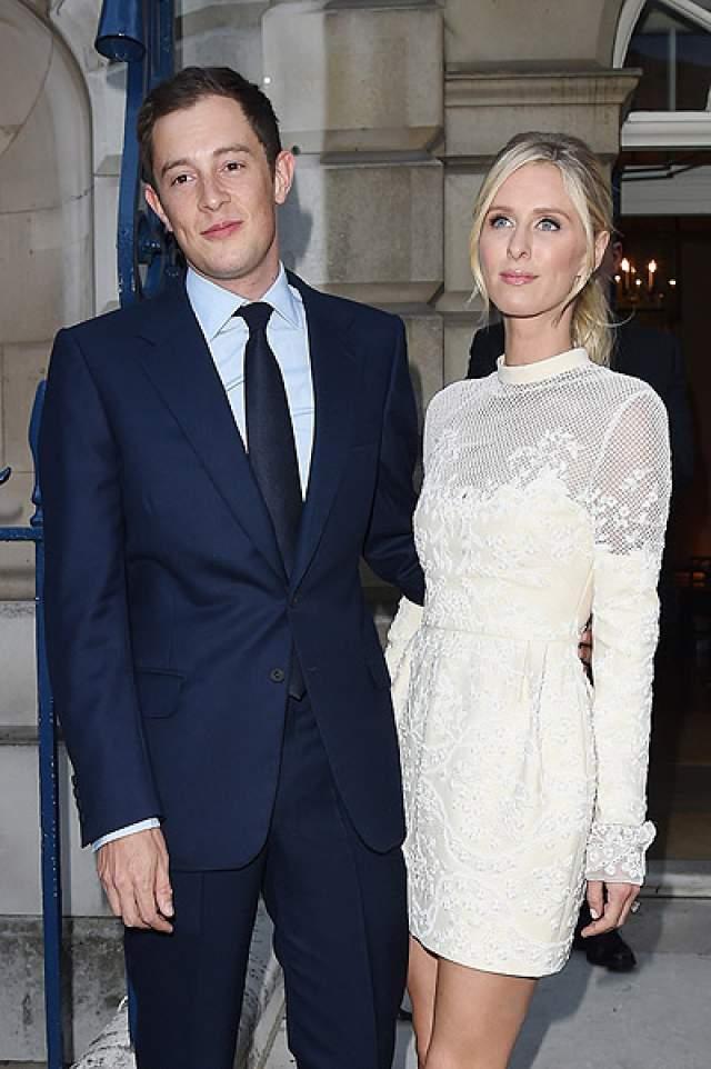 Ники Хилтон приумножила состояние, выйдя замуж за молодого миллиардера Джеймса Ротшильда. В чувствах наследника известной фамилии банкиров не приходится сомневаться, потому как его состояние явно выше нынешнего состояния супруги в $20 млн.