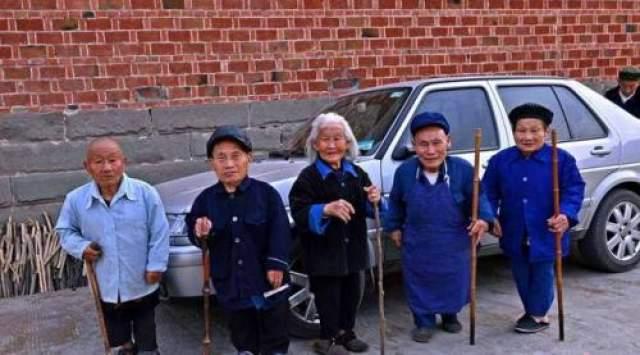 Ученых и экспертов очень интересуют жители деревни Янгси, расположенной в провинции Сычуань. Причина в том, что в поселке живут лишь 80 человек, и почти половина из них - карлики.