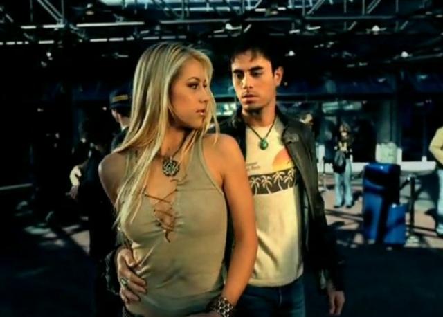 """Анна Курникова и Энрике Иглесиас. Знакомство Ани и Энрике произошло в 2002 году. Певец готовился снимать клип на песню """"Escape"""", и в качестве актрисы режиссер предложил пригласить Анну Курникову."""