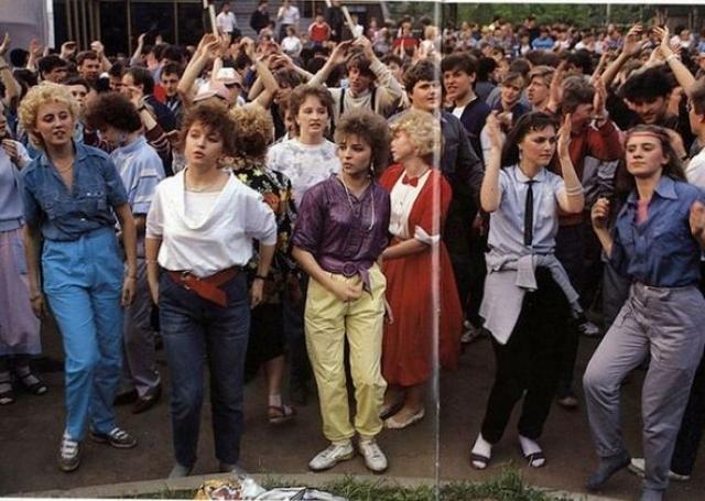 В СССР с джинсами впервые познакомились в 1957 году, когда Москва принимала фестиваль молодежи и студентов. Вот тогда-то советские люди и увидели парней и девушек, облаченных в странного вида брюки.