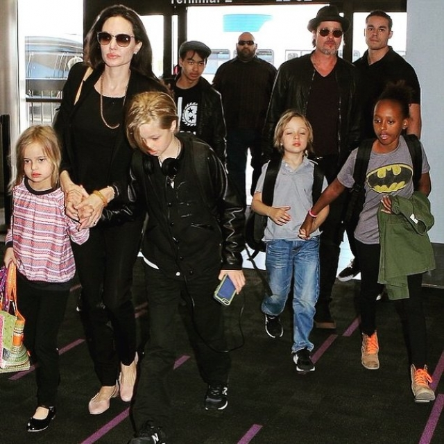 Поскольку одной из главных причин недовольства Брэда союзом с Дженнифер, было отсутствие детей. Джоли же имея это ввиду, окружила Пита детишками по полной программе. Как мы знаем теперь, даже это не смогло спасти их брак.