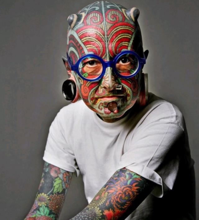Этьен Дюмон - человек-галерея. Этьен работает культурным критиком в одной из Газет Женевы. Тело Дюмона полностью покрыто самыми красивыми татуировками и он тоже известен как самый татуированный человек в мире.