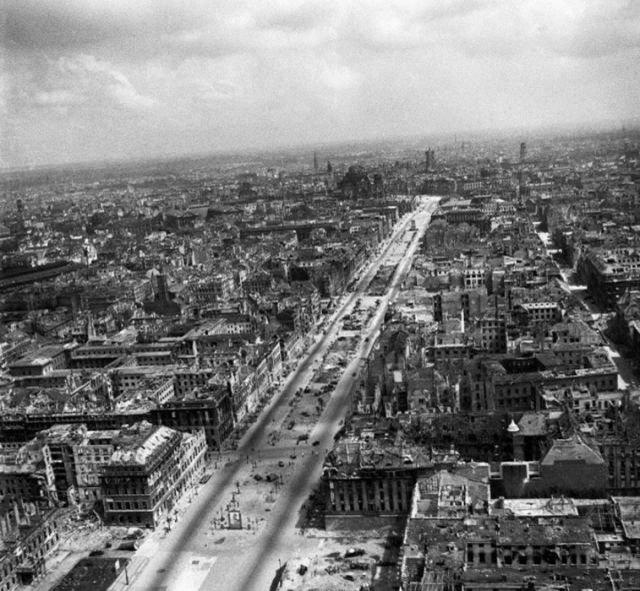 Панорамы разрушенного города.