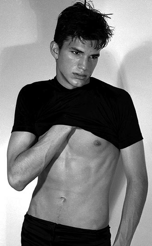 """Эштон Кутчер. Парень начал свою карьеру модели в модельном агентстве """"Next"""", которое расположено в Нью-Йорке и появлялся в рекламах для """"Calvin Klein""""."""