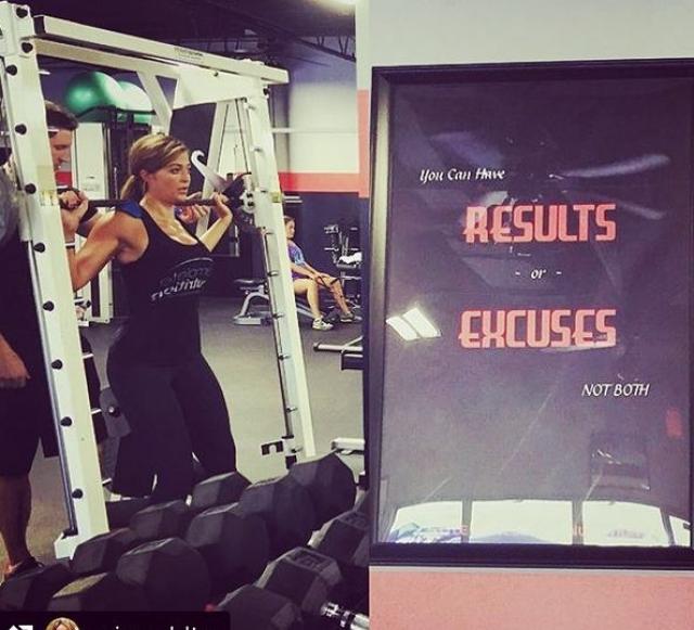 Девушка работает фитнес-тренером.