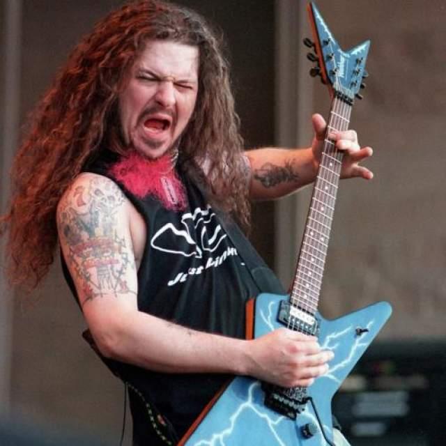 """Даймбэг Даррелл 8 декабря 2004 года в Коламбусе (штат Огайо), во время концерта в клубе """"Alrosa Villa"""" психически неуравновешенный фанат Натан Гейл открыл стрельбу из пистолета Beretta 92F, убив четырех человек, включая гитариста Даймбэга Даррелла, игравшего в популярных рок-группах Pantera и Damageplan."""