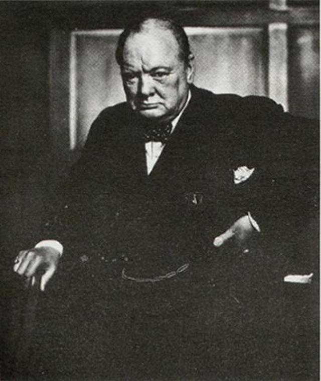 27 января 1941 года Черчилль зашел в фотоателье, чтобы сделать несколько своих портретов. Однако его взгляд не смотря ни на что был слишком расслабленным - с сигарой в руках, великий человек никак не соответствовал образу, который хотел получить фотограф Йосуф Карш. Он подошел к великому политику и резким движением выдернул сигару прямо у него изо рта. Результат мы и можем увидеть.