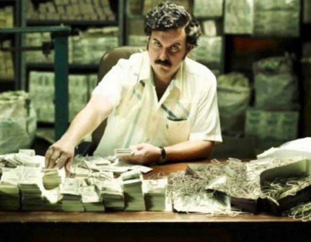 """Пабло Эскобар стал абсолютным лидером и непререкаемым авторитетом всего кокаинового мира. Он покупал полицейских, судей, политиков. Если подкуп не действовал, случалось, что в ход пускался шантаж. Но главным правилом картеля был принцип: """"Плати или умри"""". Спустя пару лет Медельинский картель уже контролировал более 80% кокаинового рынка США. В 1989 году журнал Forbes оценил состояние Эскобара в $47 млрд!"""