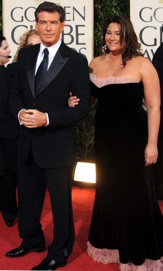 Актер Пирс Броснан . Женат на телеведущей Кили Шей Смит. Даже в свои 67 лет этот обаятельный ирландец продолжает удерживать титул секс-символа! В 1995 году пирс Броснан впервые появился на экране в роли бесстрашного Джеймса Бонда и с тех пор продолжает оставаться любимцем женщин всех возрастов. У актера много общего с его знаменитым героем, вот только в том, что касается женщин, они расходятся.