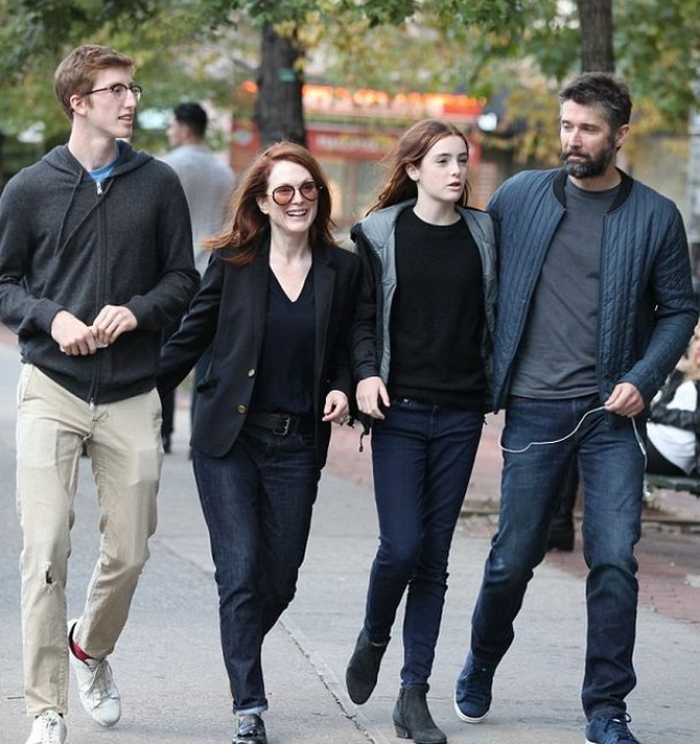 """Мур снимается в популярном кино и живет с семьей в Нью-Йорке. """"Сейчас мы живем крепкой семейной жизнью, это лучшая вещь, которая когда-либо случалась со мной,"""" - говорит актриса."""