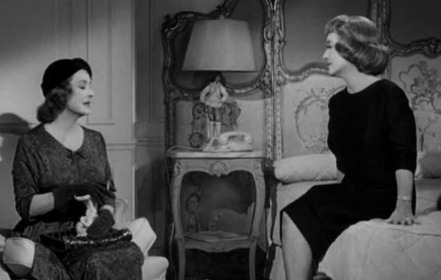 Сцена, где Дэвис стоит с пистолетом за креслом, в котором сидит она же, поражает и сейчас — настолько разными кажутся эти две сыгранные одной актрисой женщины.