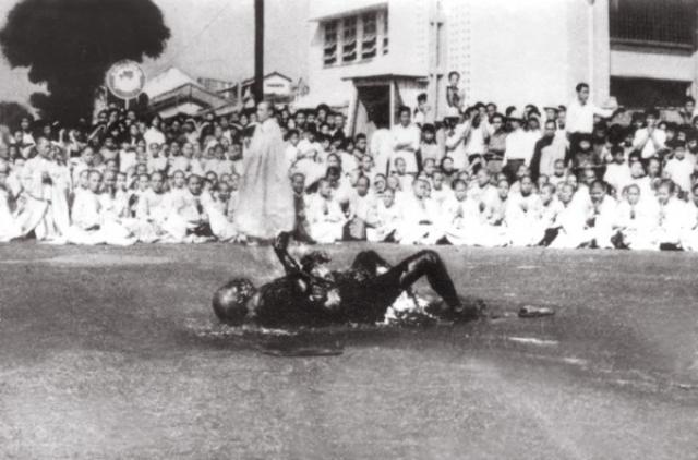 Примерно десять минут спустя тело Дыка было практически уничтожено, и труп упал на спину. Тело Дыка было перенесено в пагоду Ся Лой, которая находилась в центре города.