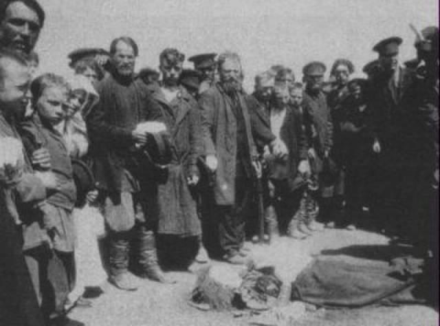 Давка на Ходынском поле Ходынская катастрофа- массовая давка, произошедшая ранним утром 18 мая 1896 года на Ходынском поле на окраине Москвы в дни торжеств по случаю коронации 14 мая императора Николая ll, в которой погибли 1379 человек и были покалечены 900.