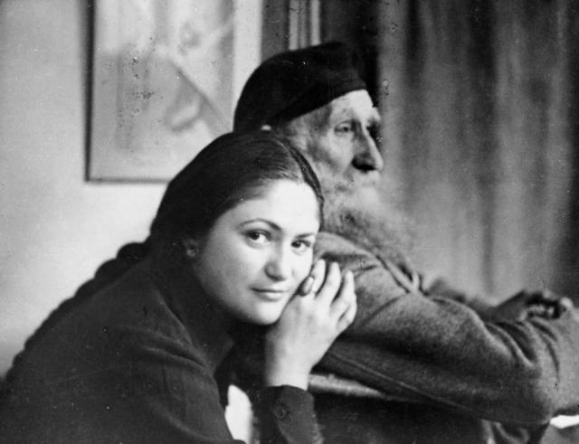 Дина училась в Парижском университете, в каникулы позировала, причем уже не только Майолю, но и Матиссу, Боннару, Дюфи, с которыми Майоль же ее и познакомил, снималась в кино.