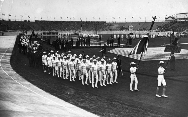 Зрители устроили церемонии открытия Олимпиады практически полный бойкот: делегации спортсменов устраивали круг почета с флагами своих стран при практически пустых трибунах.
