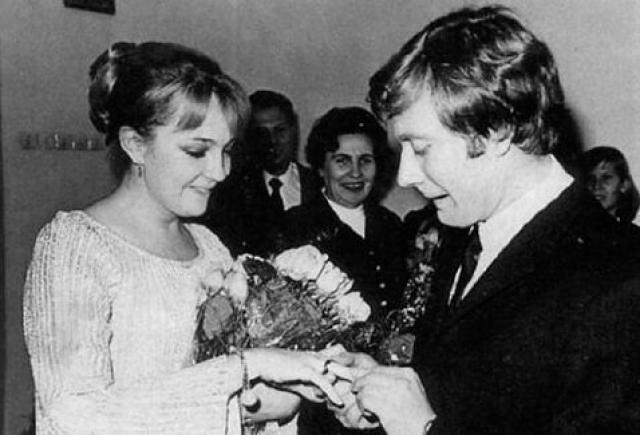 Екатерина Градова и Андрей Миронов. Екатрина была студенткой школы-студии МХАТ. Андрей пришел смотреть на дипломный спектакль и, увидев молодую актрису, начал за ней красиво ухаживать.