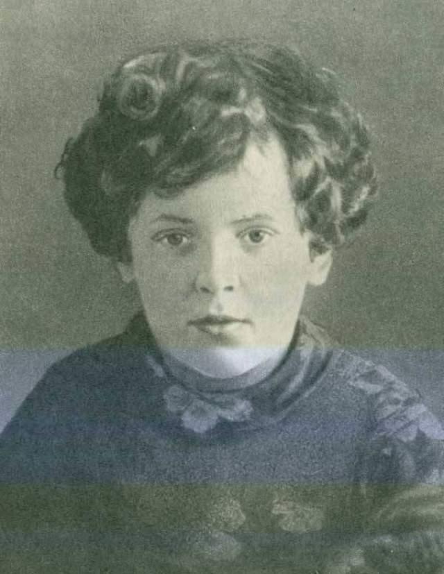 Лара Михеенко, 13 лет. Девочка родилась в Ленинградской области. Весной 1943-го ей пришла повестка: явиться в специальный молодежных лагерь. Лара поняла, что оттуда ее отправят в Германию на работы, и ушла в партизаны.