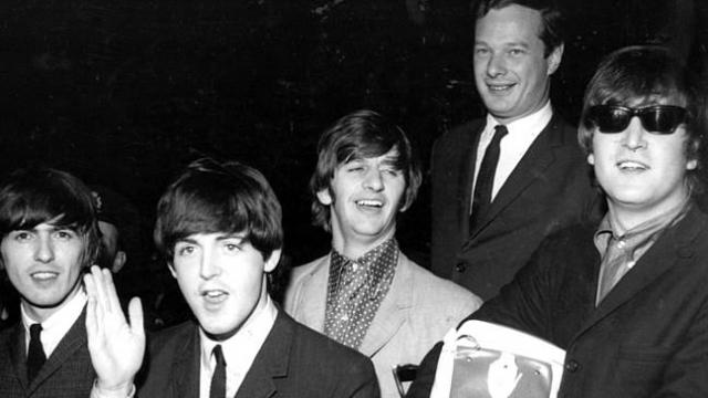 Этим продавцом был легендарный Брайан Эпштейн - бессменный менеджер группы, который добился первых профессиональных записей и организовал для ребят концертную деятельность.