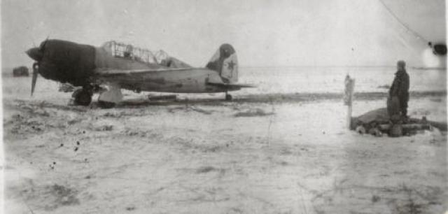 12 сентября 1941 года совершила три вылета. Возвращаясь с задания в районе Ромны, была атакована немецкими «Ме-109». Сумела сбить один самолет, а когда закончился боезапас, протаранила самолет врага, уничтожив его. Сама погибла. Ей было 24 года. На фото: Су-2 Екатерины Зеленко