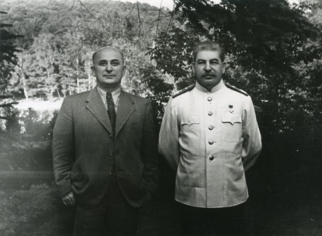 Через несколько дней, во время прогулки на яхте на озере Рица, Берия заслонил своим телом вождя, когда вдали раздались выстрелы- стреляли пограничники, охранявшие дачу Сталина в Пицунде. Сталин резонно подумал, что покушения подстроены Лаврентием.