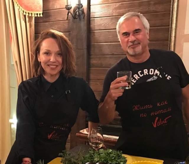 Причиной развода стал роман Меладзе с солисткой группы ВИА Гра Альбиной Джанабаевой.