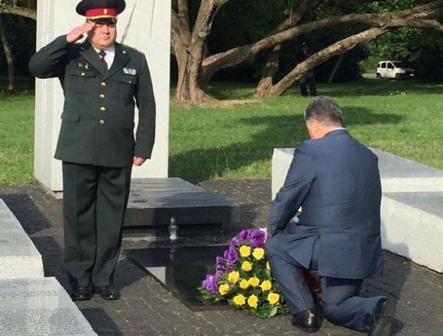 А в прошлом году украинского лидера высмеяли за рваный носок, в котором он появился на мероприятии в Варшаве.