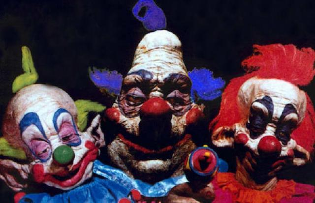 """Клоуны из фильма """"Клоуны-убийцы из космоса"""" (1988). Клоуны могут быть по-настоящему жуткими героями фильмов, пришельцы из космоса - тоже, но когда злобные инопланетяне маскируются под клоунов это явно не тот случай, когда у вас будут дрожать колени."""