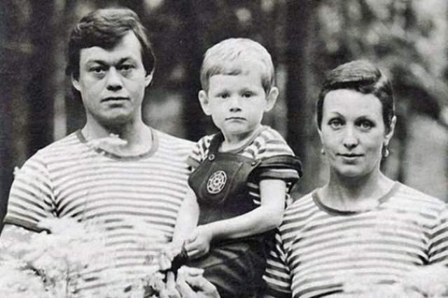 В жизни Людмилы было 3 брака, но единственным мужчиной, которому актриса родила сына и посвятила жизнь стал Николай Караченцов. Свадьба состоялась в 1975 году.