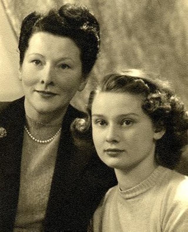Во время голода 1944 года дядя и двоюродный брат матери Одри были расстреляны за участие в движении Сопротивления. Брат находился в немецком концлагере. Вследствие недоедания у девочки возник ряд проблем со здоровьем, в частности анемия, заболевание органов дыхания и отечность.